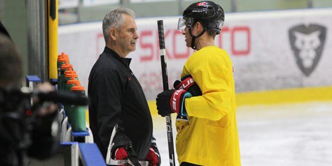 Kanādas izlases treneri apmāca latviešu hokeja speciālistus
