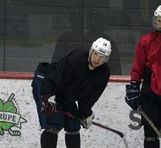 Video: Laviņš un Sorokins organizē hokeja treniņus